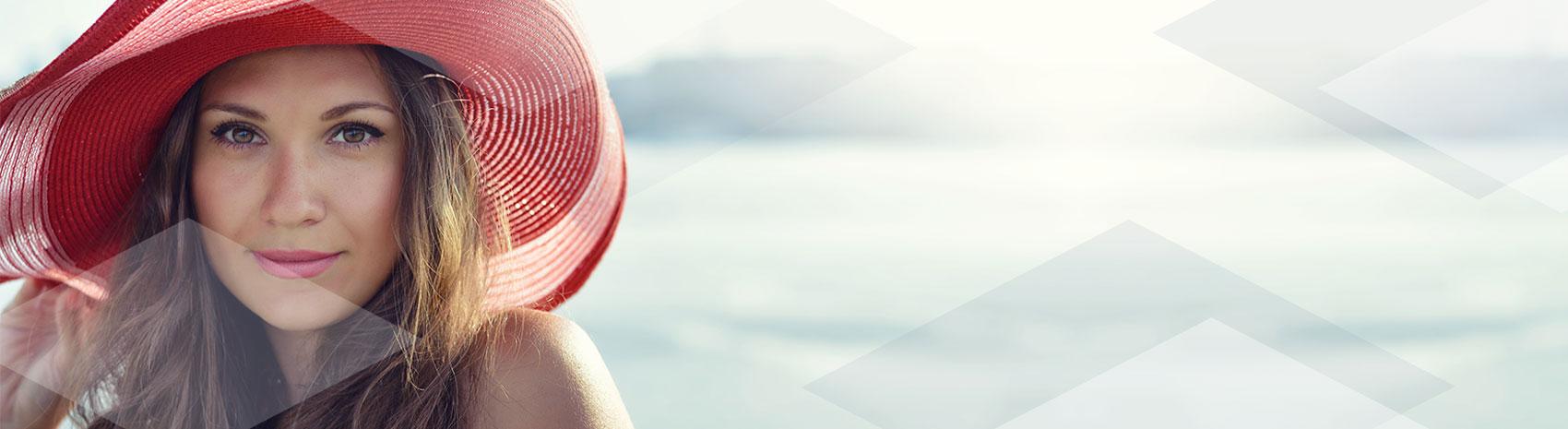 Zoom di ragazza che protegge la pelle dai raggi UV con prodotti IBSA
