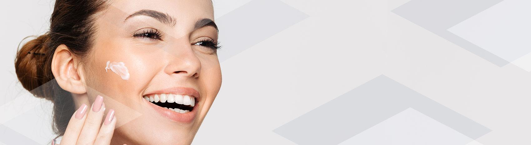 Zoom di ragazza che utilizza crema idratante IBSA con acido ialuronico