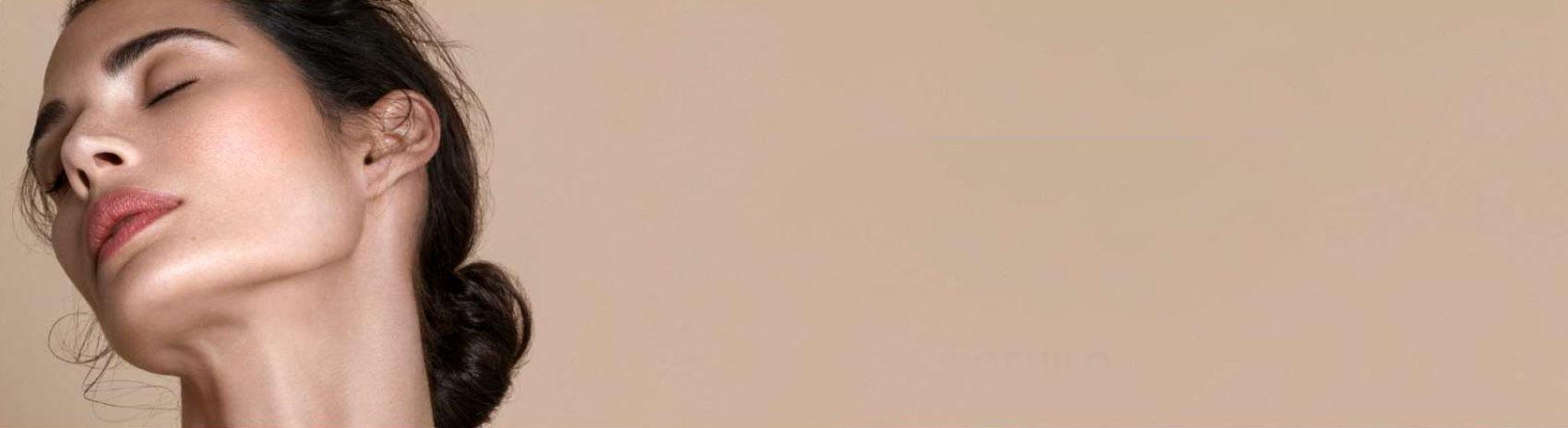 Ragazza con pelle delicata grazie ai prodotti IBSA della linea Profhilo