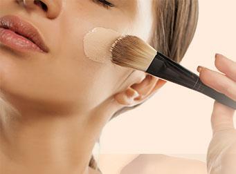 Ragazza utilizza make up IBSA con ingredienti naturali