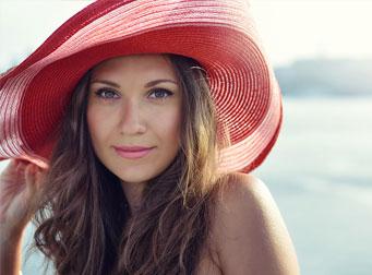 Ragazza protegge la pelle dai raggi del sole con i prodotti IBSA
